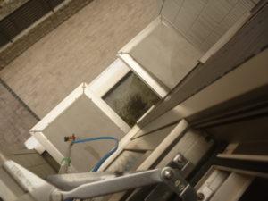 東京都大田区定期清掃先、マンション外観クリーニング作業中
