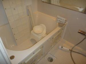 東京都大田区定期清掃、浴室クリーニング作業中